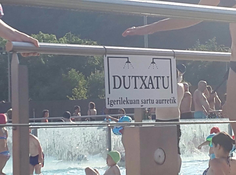 ¡ANTES DE METERSE EN LA PISCINA, DÚCHATE!